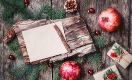 Lettre de Noël sur le fond en bois avec des cadeaux de Noël, texture d'écorce, crayon, branches de sapin, cônes de pin image stock