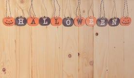 Lettre de papier de Halloween d'écran sur le bois Photographie stock