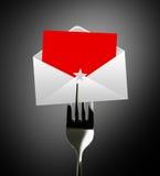 Lettre de papier rouge d'enveloppe sur la fourchette Images stock