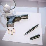 Lettre de suicide avec le pistolet, les balles, le stylo et la bougie sur la table illustration de vecteur