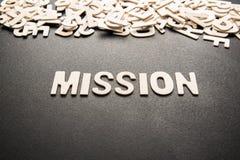 Lettre en bois de MISSION photo stock