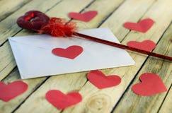 Lettre et coeurs rouges Photos stock