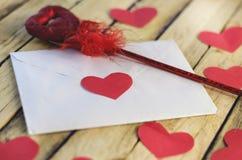 Lettre et coeurs rouges Image stock