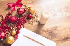 Lettre et décorations de Noël Photos stock