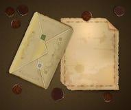 Lettre et enveloppe romantiques de vintage avec des pétales de rose sur le fond brun, nostalgie romantique, courrier doux de mémo Photographie stock