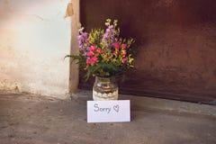Lettre et fleurs d'amour Photo stock