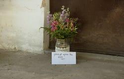 Lettre et fleurs d'amour Photographie stock