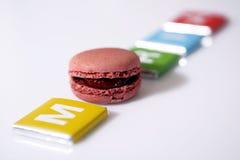 Lettre M et un gâteau Photo libre de droits