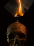 Lettre manuscrite brûlante par le feu de bougie Photographie stock