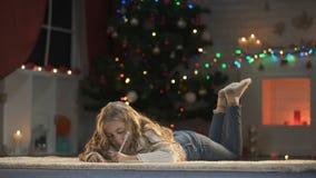 Lettre mignonne d'écriture d'enfant féminin pour Santa, Noël actuel très attendu d'ennemi banque de vidéos