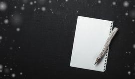 Lettre sur le fond noir décoré des flocons blancs Style rustique, décoration de papier mignonne Tout concept de vacances Photographie stock libre de droits