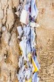 Lettres à Dieu poussé entre les pierres sur le mur occidental Photographie stock libre de droits