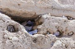 Lettres à Dieu poussé entre les pierres sur le mur occidental Images libres de droits