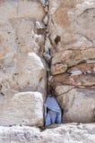 Lettres à Dieu poussé entre les pierres sur le mur occidental Photographie stock