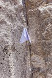 Lettres à Dieu poussé entre les pierres sur le mur occidental Images stock