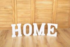 Lettres à la maison de signe sur le plan rapproché en bois de fond Photo libre de droits