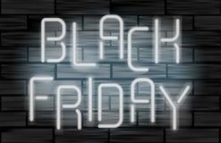 Lettres électriques au néon de vente noire de vendredi sur le fond noir de brique Concept de construction de la publicité Photo libre de droits