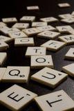 Lettres aléatoires d'alphabet sur le noir Photo stock