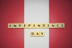 Lettres avec le Jour de la Déclaration d'Indépendance des textes sur le drapeau national du Pérou Images stock