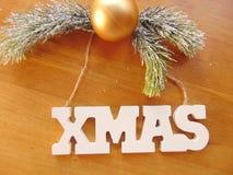 Lettres blanches de Noël avec la décoration de Noël sur le bois Images stock