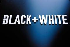 Lettres blanches sur le mur noir photos stock
