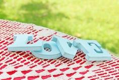Lettres bleues de vintage sur la table en bois Images stock