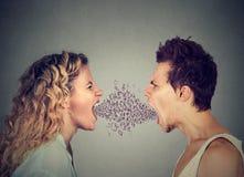 Lettres criardes d'alphabet de couples fâchés sortant de la bouche Photos stock