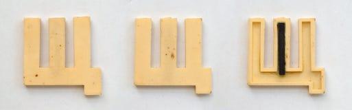 Lettres cyrilliques en plastique lumineuses avec l'aimant sur le livre blanc photo libre de droits