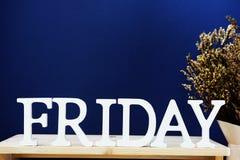 Lettres décoratives de mot de vendredi sur le fond bleu Photo stock