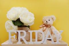 Lettres décoratives de mot de vendredi sur le fond en bois Photo stock