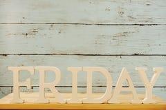 Lettres décoratives de mot de vendredi sur le fond en bois Images libres de droits