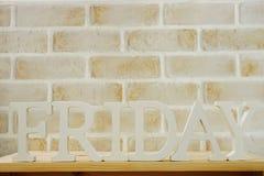 Lettres décoratives de mot de vendredi sur le fond en bois Image libre de droits