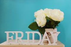 Lettres décoratives de mot de vendredi sur le fond en bois Photographie stock libre de droits
