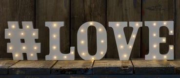Lettres décoratives lumineuses orthographiant l'AMOUR Images libres de droits