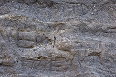 Lettres découpées sur Gray Rock Wall Background Texture rugueux Image stock