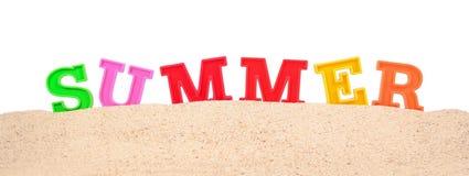 Lettres d'été sur un sable de plage sur un blanc Images libres de droits