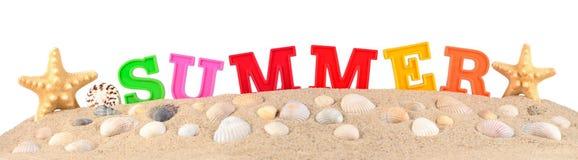 Lettres d'été sur un sable de plage sur un blanc Photographie stock