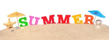 Lettres d'été sur un sable de plage sur un blanc Image stock