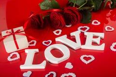Lettres d'amour, cadeau de boîte et fleurs roses Images libres de droits