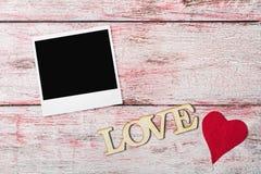Lettres d'amour découpées et cadre de photo Images libres de droits