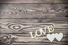 Lettres d'amour découpées sur le vieil en bois Photos stock