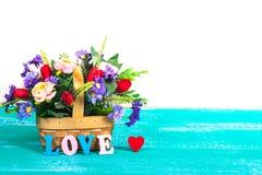 lettres d'amour de couleur sur le bois avec la fleur Images stock