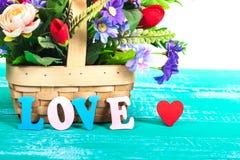 lettres d'amour de couleur sur le bois avec la fleur Photo stock