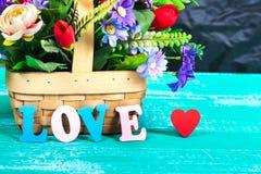 lettres d'amour de couleur sur le bois avec la fleur Image stock