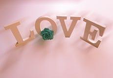 Lettres d'amour de vol sur le fond rose Photos libres de droits