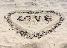 Lettres d'AMOUR faites avec des pierres sur une plage Images stock