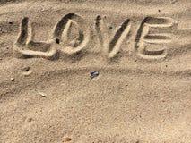 Lettres d'AMOUR faites avec le sable sur une plage Photos stock
