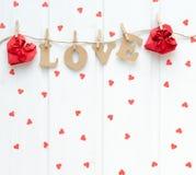 Lettres d'AMOUR sur le fond blanc avec les coeurs rouges Image libre de droits