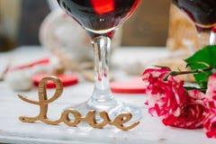 Lettres d'amour sur le fond de vin sur la célébration de Saint-Valentin Image libre de droits