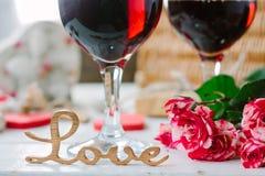 Lettres d'amour sur le fond de vin sur la célébration de Saint-Valentin Image stock